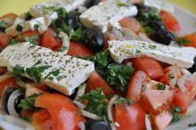 Græsk salat m/ bagt kartoffel, rygeostcreme & pebermakrel
