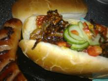 Hotdogs m/ sprøde løg, agurke-peberfrugt salat & karryketchup