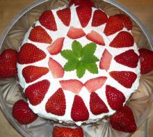 Kokoslagkage med friske jordbær