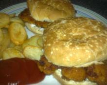 Let fiskeburger m/ dild-mayo & kartoffelchips i ovn
