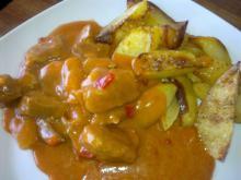 Mørbradgryde m/ rød peber, ananas & chili-fritter