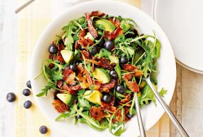Avocado, bacon og blåbær salat opskrift