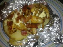 Bagt kartoffel på grill m/ kylling,  bacon & karrymayo