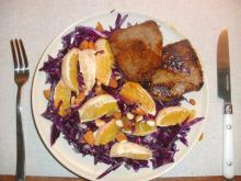 Kalvekød med rødkålssalat, appelsin og mandler