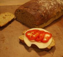 Hjemmebagt brød med bl.a. havregryn og gulerødder