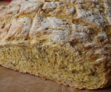 Hjemmebagt brød med kerner, havregryn og gulerødder
