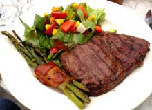 Grillmad – ribeye, aspargs med bacon og salat