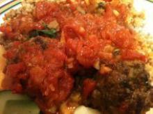 Krydrede kødboller i tomatsauce med fuldkornsbulgur