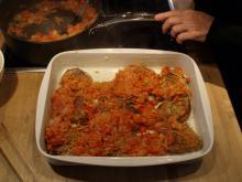 Koteletter med karry og revne grønsager i fad