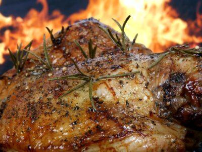 Gammeldags helstegt kylling med brun sovs, kartofler og agurkesalat