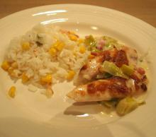 Kyllingestykker på cremet porrebund