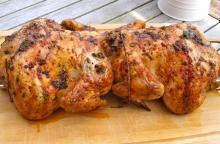 Hel kylling med krydderurter på grill
