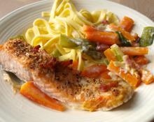 Lækker laks på bund af porrer og gulerødder