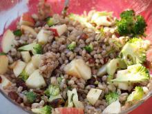 Perlerugsalat med æbler, nødder og broccoli