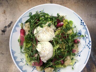 Marineret hjertesalat med brød croutoner og porcheret æg
