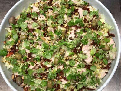 Spidskålssalat med skindstegt kylling, chimichurri, oliven, bulgur og andet lækkert